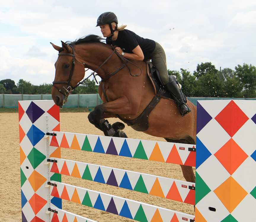 Jazzy planks being jumped by Laura Renwick on Parvati De Breve